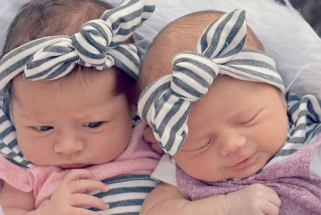 Sisters give birth 15-minutes apart